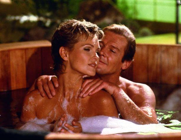 Roger Mooren Bond oli kepeä playboy, joka kepposteli myös kuvauksissa.