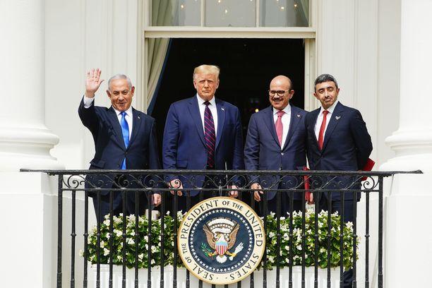 Israelin pääministeri Benjamin Netanjahu (vas), USA:n presidentti Donald Trump, Bahrainin ulkoministeri Khalid Bin Ahmed Al Khalifa ja tämän kollega Arabiemiraateista Abdullah bin Zayed Al Nahyan olivat juhlatuulella Washingtonissa.