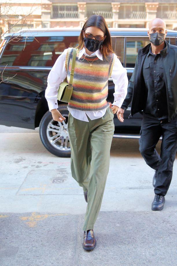 Kendall Jenner yhdistää neuleliivin paitapuseroon, suoriin housuihin ja loafereihin.