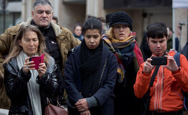 Elämä jatkuu Pariisissa, jonka kaduilla vuodatettiin verta vielä perjantai-iltana. Moni saapui suremaan Charlie Hebdo -lehden toimituksen edustalle.