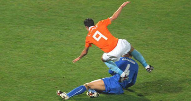 Tähän Giorgio Chiellinin taklaukseen saattoi päättyä Robin van Persien kausi.