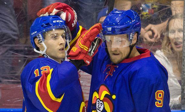Jokerien KHL-taival alkaa reilun kahden viikon päästä. Kuvassa Steve Moses ja Niklas Hagman juhlivat maalia harjoitusottelussa.