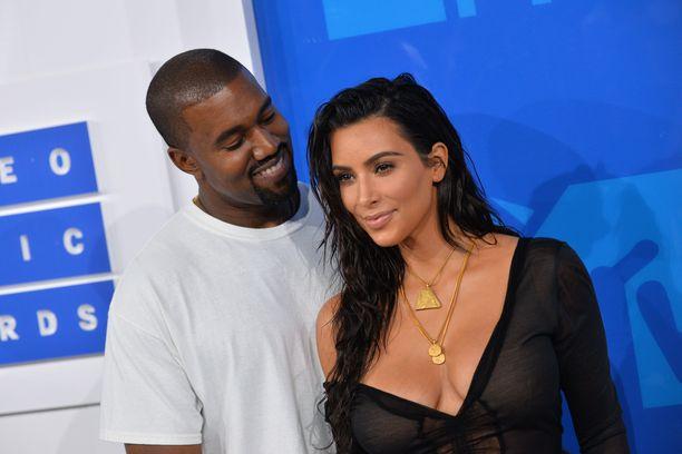 Kim Kardashian sanoo rakastavansa Kanye Westiä avioerosta huolimatta.