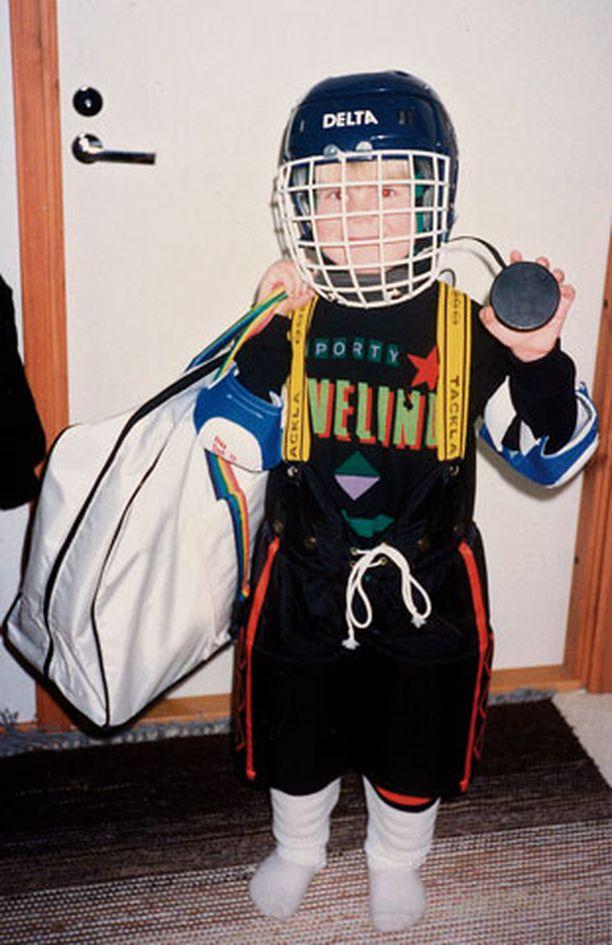 1991 Lätkäkouluun lähdössä. Ari harrasti pikkupoikana muutaman vuoden jääkiekkoa.
