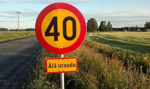 Urautuminen kielletään Pohjois-Pohjanmaalla Nivalassa. - Merkki ei nyt sinällään ole vaikeaselkoinen, vaan huvittava.