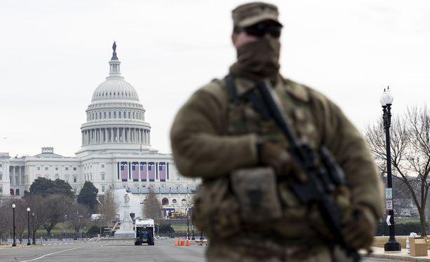Yhdysvaltain kansalliskaartin sotilas vartioimassa Capitolin edustalla pääkaupunki Washingtonissa.