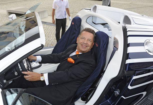 Koenigliche Porzellan-Manufaktur (KPM) -tehtaan johtaja Jörg Woltmann on autouutuudesta innoissaan.