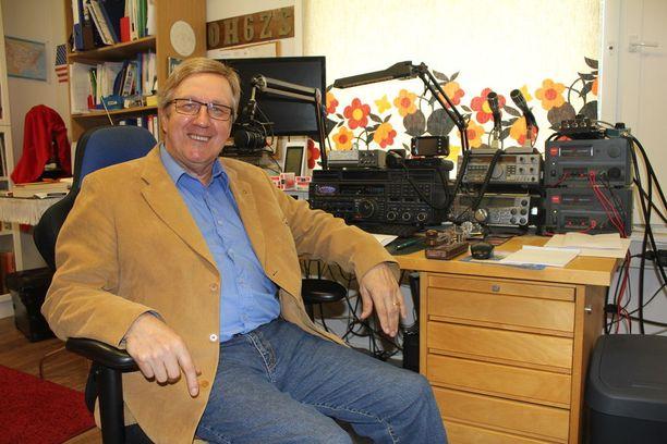 Heikki Kulju pitää radiolaitteiden kautta yhteyttä niin muihin alan ihmisiin kuin myös ufotutkijoihin.