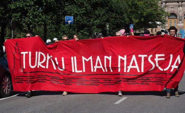 Uusnatseja vastustavaan mielenosoitukseen osallistui poliisin arvion mukaan tuhat ihmistä.