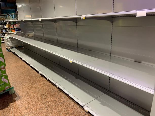 Suomen elintarvikehuolto on toiminut poikkeustilasta huolimatta. Huoltovarmuuskeskuksen toimitusjohtaja Tomi Lounema painottaa, että hamstraaminen sekoittaa systeemiä ilman järjellistä tarvetta tai syytä.
