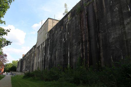 Jättimäisen bunkkerin olisi voinut tuhota räjäyttämällä, mutta paineaallon pelättiin tuhoavan myös läheiset kylät.