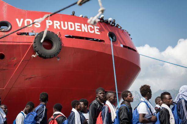 Avustusjärjestöjen alukset pelastavat Libyasta Välimeren yli pyrkiviä pakolaisia.