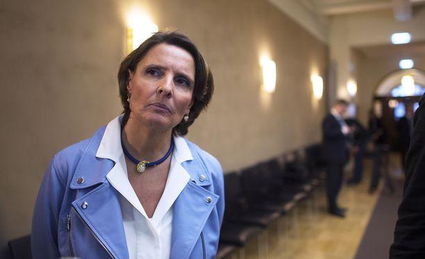 """""""Sanotaan, että on yhteinen tahtotila ratkaista asioita, mutta ihmisiä ei kuitenkaan välttämättä valita esimerkiksi valiokuntiin osaamisensa, vaan virkaiän tai hierarkian pohjalta"""", ministeri Anne Berner ihmettelee eduskunnan toimintaa Anna Soraisen kirjassa."""