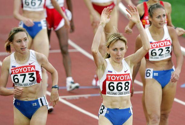 Julia Tshishenko (vasemmalla), Tatjana Tomashova ja Olga Jegorova olivat Helsingin naisten 1500 metrin kolme ensimmäistä maaliintulijaa vuonna 2005. Kaikki kolme ovat myöhemmin kärynneet dopingista.