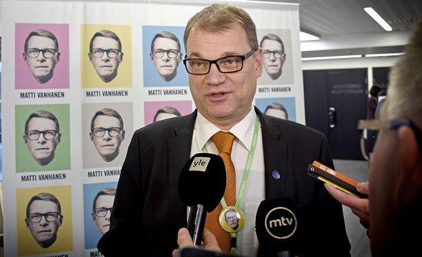 Pääministeri Juha Sipilä neuvoo kuntapäättäjiä huolellisuuteen, kun nämä arvioivat kansainvälisten suuryhtiöiden avokätisiä sote-tarjouksia.