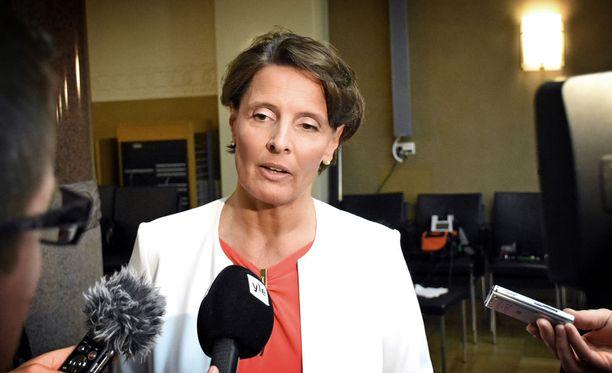 Liikenne- ja viestintäministeri Anne Berner piti tiedotustilaisuuden koskien Finavian epäselvyyksiä 31.5.2016.