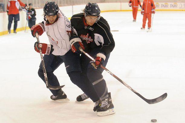 Sami Lepistö (oik.) vääntää Grant McNeilin kanssa Washingtonin treeneissä.