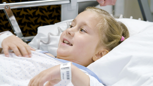 Laserhoito on auttanut hyvin Millan palovamma-arpiin. Pieni koululainen pystyy nyt harrastamaan voimistelua.