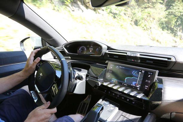 Peugeotin i-Cockpit-konstruktiossa mittareita katsotaan pienikehäisen ratin yli.
