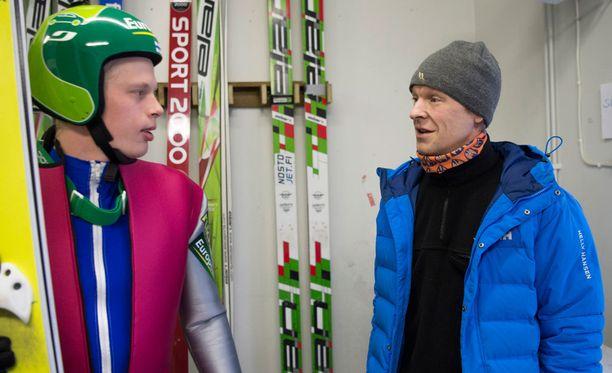 Toni Nieminen käväisi torstaiaamuna Lahden mäkikopilla. Tarinointikumppanina toimi Mikke Leinonen.