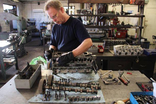 Harri Oravasaari on koneistanut autojen moottoreita yli 30 vuoden ajan. Moottorin korjaaminen vaatii erikoisosaamista ja erikoistyökaluja. Pelkästään moottorin kansi sisältää satoja osia.