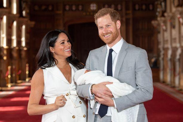 Sussexin herttuapari Meghan ja Harry olivat yhtä hymyä esitellessään Archie-poikansa keskiviikkona.