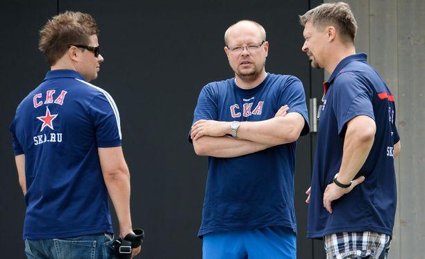 Jussi Parkkila (kuvassa vasemmalla) kuului SKA:ssa samaan valmennusryhmään kuin Harri Hakkarainen ja Jukka Jalonen. Avangard Omskissa Parkkila oli samaan aikaan Raimo Summasen kanssa.