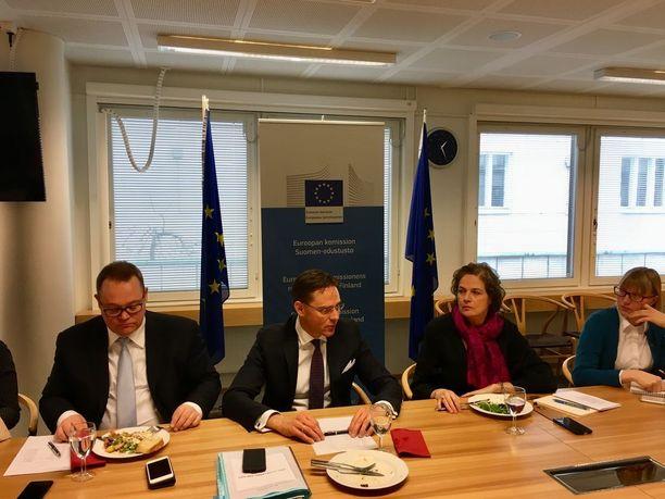 """Suomen EU-maksuosuus tulee Jyrki Kataisen arvion mukaan kasvamaan, mutta """"hyvin maltillisesti"""". Lisää menopaineita EU-budjetissa kohdistuu Kataisen mukaan puolustusyhteistyön syventämiseen, rajavalvonnan tehostamiseen, maahanmuuttopolitiikkaan sekä kyberturvallisuuteen."""