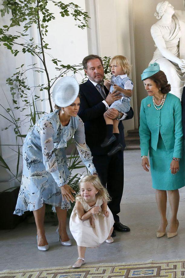Pikkuprinsessa livahti äidiltään karkuun.