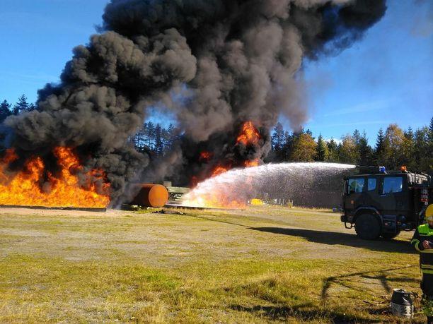 Kuvassa näkyy miltä näyttää kun lentokone palaa. Esimerkiksi Hornet-hävittäjässä on lisätankkien kanssa useita tuhansia litroja polttoainetta.