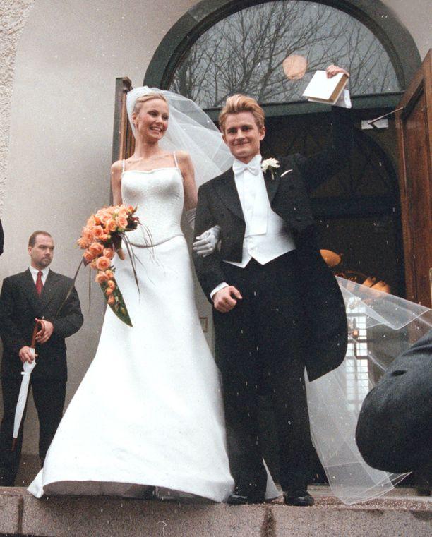 Maria ja Lenni-Kalle Taipale vihittiin Suomenlinnan kirkossa huhtikuussa vuonna 2001.