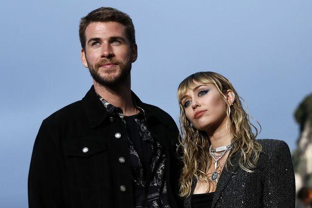 Miley Cyrus kertoo tuntevansa edelleen vetoa naisiin. – Ihmisistä tulee kasvissyöjiä terveysongelmien takia, mutta pekoni on silti helvetin hyvää, hän vertaa Ellessä.