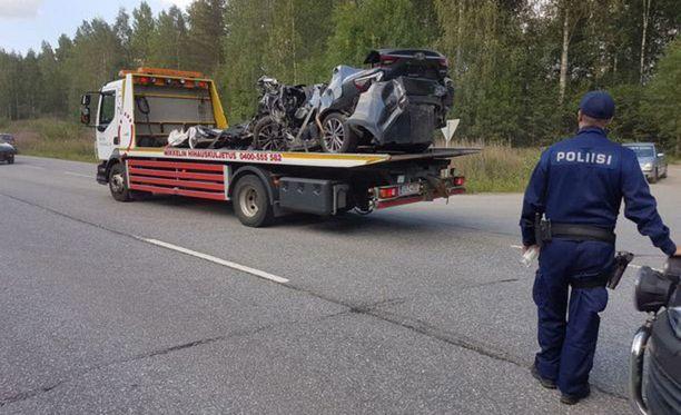 Romuttuneita autoja raivattiin kolaripaikalta eilen illalla.
