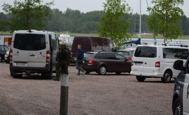 Poliisi on ottanut kolme miestä kiinni Pyhtäällä.