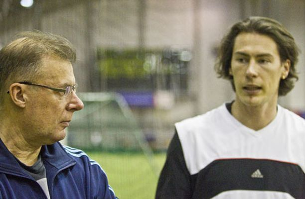 Valmentaja Juhani Evilä (vas.) uskoo, että uusi tekniikka tuo roimasti parannusta Tommin hyppyihin.