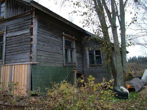 Myös järven puoleinen seinä ja ikkunat olivat huonossa kunnossa.
