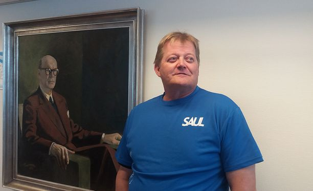Seppo Rädyn katse on naulattu suomalaisten aikuisurheilijoiden tulevaisuuteen. Taustalla Urho Kaleva Kekkosen muotokuva Urheiluliiton kabinetissa.
