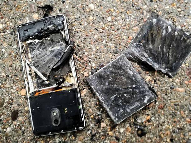 Puhelimen yläosassa sijainnut sim-kortti säästyi tulipalossa, kun akun täyttämä alapuoli paloi poroksi.