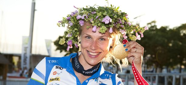 Minna Kauppi sai kultamitalinsa tiistai-iltana.