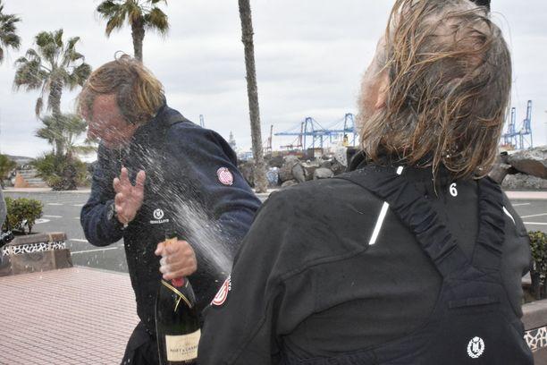 Jyrki Sukula suihkutti kapteenin samppanjalla.