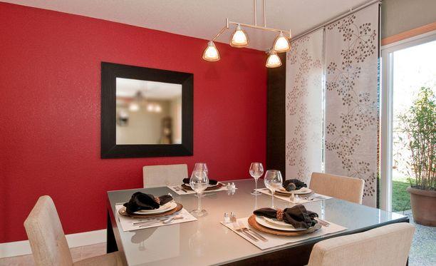 Ruokailuhuoneen taideteoksen asemaa toimittaa peili. Se tuo tilan tuntua.