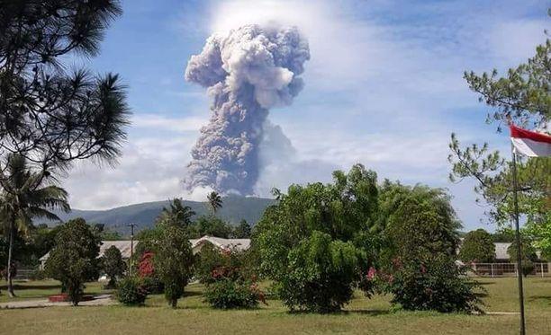Soputan alkoi purkautua keskiviikkona aamulla. Tulivuori sijaitsee Sulawesin saaren pohjoisosassa.