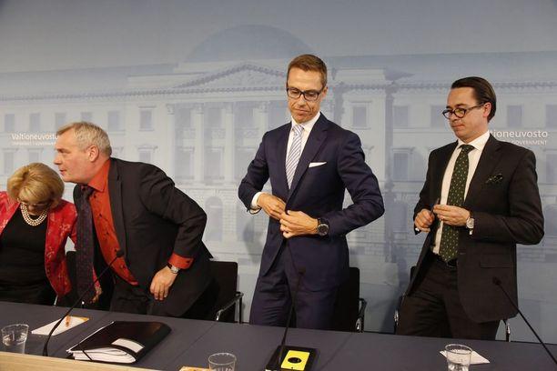 Alexander Stubb ja Carl Haglund käyttävät taskuliinoja, Antti Rinne ei.