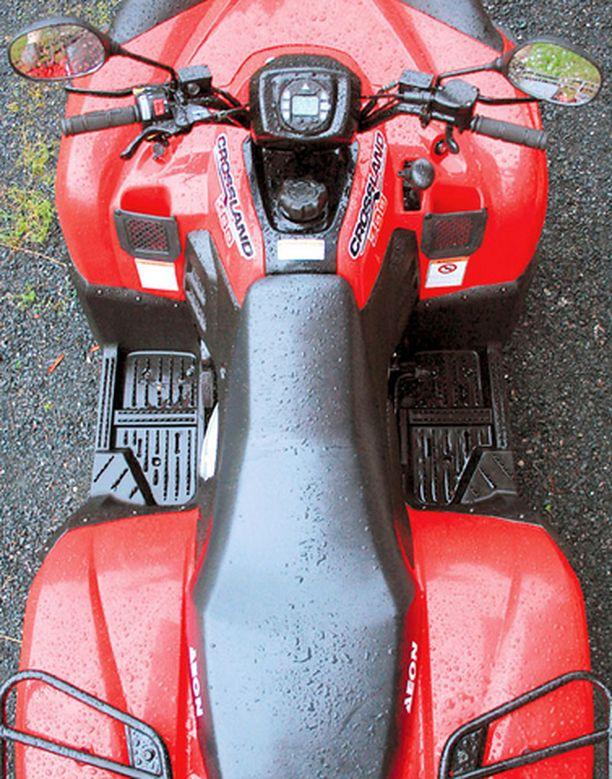 Päältäpäin kuin kuin formula: jalat ovat erinomaisesti suojassa edestä ja alhaalta. Pienet säilytyslokerot ovat kätevät ja vasemmalla on myös 12 V ulosotto. Takana reilu tavarateline.