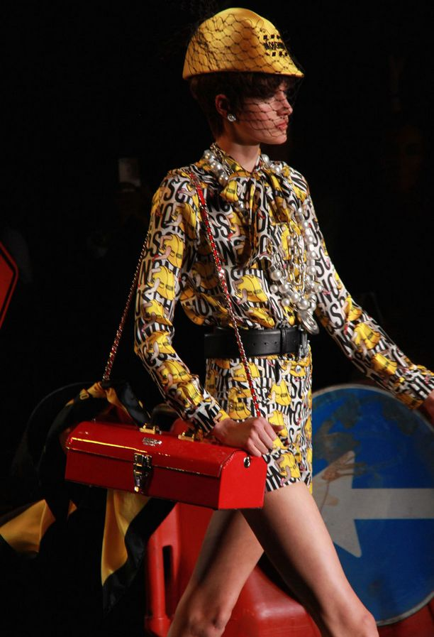 Jeremy Scott teki sen taas. Pikaruoka-pikkulaukkujen sijaan Moschinolla inspiroiduttiin jenkkityylisistä työmaista ja autopesuloista.
