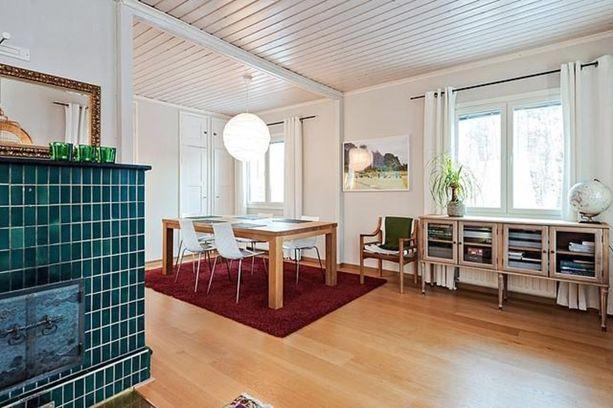 Espoonkeskuksesta Helsigin keskustaan tulee matkaa parikymmentä kilometriä. Omalla tontilla on neliöitä 718.