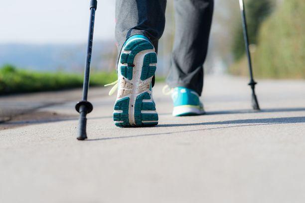 Parhaillaan tutkitaan uuden, lyhyen ja joustavan kävelysauvan etuja perinteiseen sauvakävelysauvaan verrattuna. Kuva on kuvituskuva.