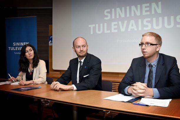 Sininen tulevaisuus on luvannut keskiviikolle suurta paljastusta. Kuvassa vasemmalta varapuheenjohtaja Tiina Elovaara, puheenjohtaja Sampo Terho ja eduskuntaryhmän puheenjohtaja Simon Elo.