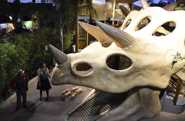 Jurassic World -huvipuistolaite avautui yleisölle maanantaina.