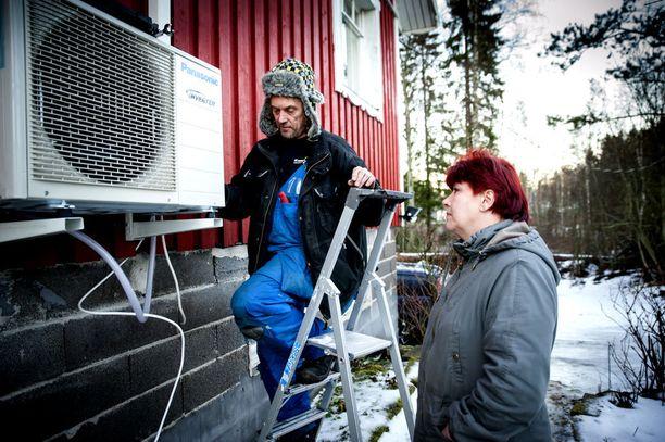 Yrittäjä Eero Kyrönlahti lahjoitti Armille jo aiemmin lupaamansa ilmalämpöpumpun. Nyt sähkölämmitteisen talon aiheuttamat sähkölaskut pienenevät.